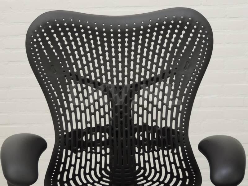 Herman Miller Bureaustoel Mirra, kleur grijs, detail rug