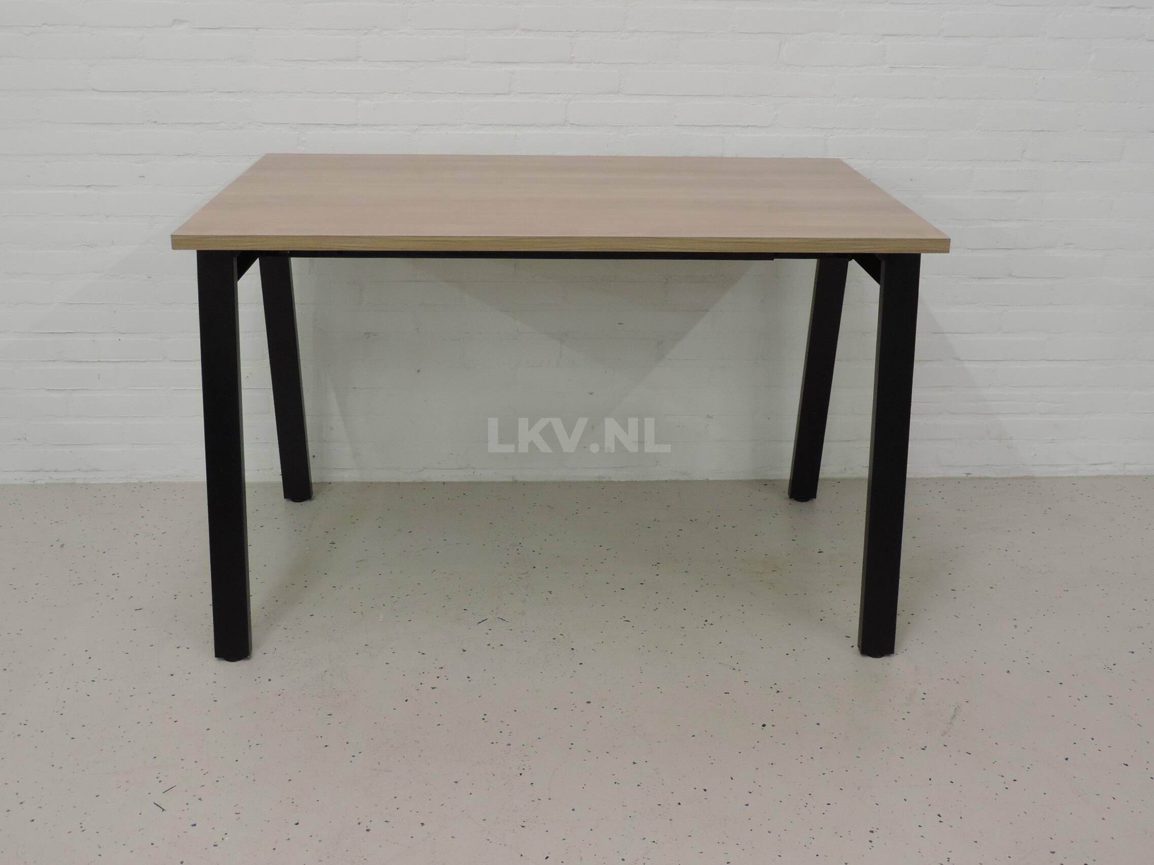 Vierpoottafel zwart / kersen havanna blad - LKV